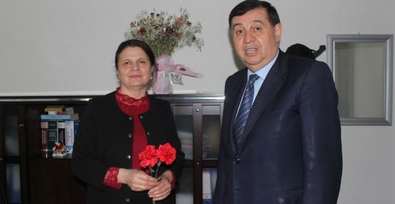 Havza Belediye Başkanı Murat İkiz'den Bayan Çalışanlara Çiçek